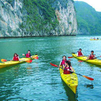 Faire du kayak à la baie d'Halong Vietnam