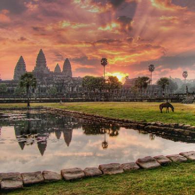 Paysage pittoresque des temples d'Angkor au coucher de soleil