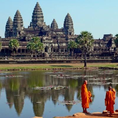 Les moines en orange devant Angkor Wat
