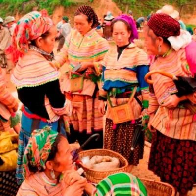 Les femmes Hmong fleuris au marché de Can Cau, au Nord du Vietnam