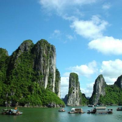 Les rochers karstiques sur l'eau à la baie d'Halong