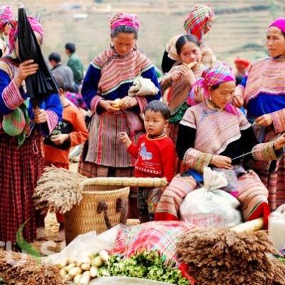 Les femmes Hmong fleuris dans un marché hebdomadaire au Nord du Vietnam