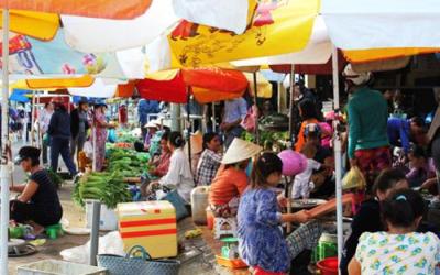 L'ambiance tumultueuse du marché matinal des vendeurs et clients