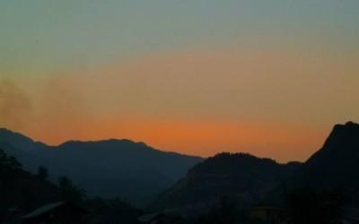 Le crépuscule spectaculaire aux montagnes de Sapa