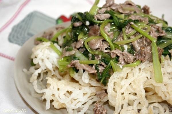 des pâtes de riz sauté au bœuf