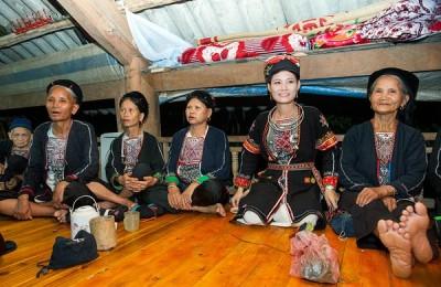 ethnie Dao à pantalon blanc à Thac Ba