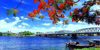La rivière des Parfums et le Pont Trang Tien