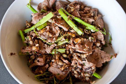 Fourmis rouges sautées au bœuf - Spécialités du Cambodge