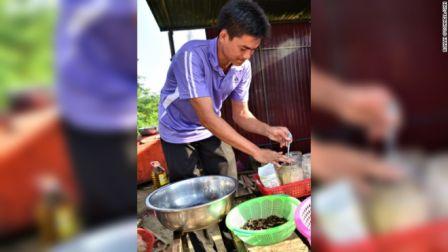prépare des épices à les imprégner - Spécialité connue aux touristes au Cambodge